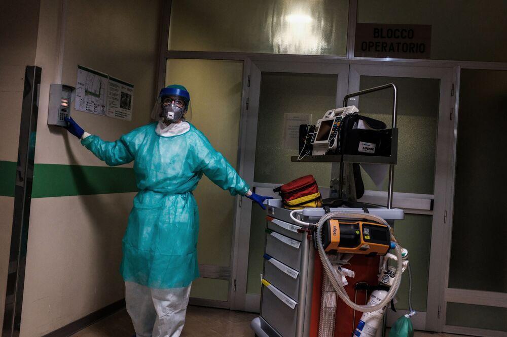 Un'infermiera presso l'ospedale di Cremona, Italia, l'11 marzo 2020