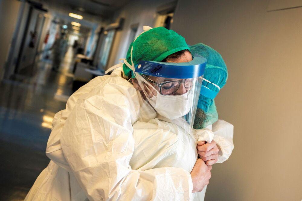 Le infermiere si abbracciano all'ospedale di Cremona, Italia, il 15 marzo 2020