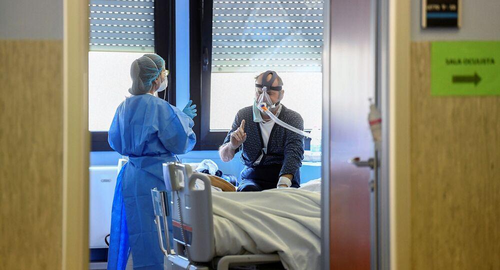Un medico con un paziente contagiato dal coronavirus in un'unità di terapia intensiva presso l'ospedale Oglio Po di Cremona, Italia, 19 marzo 2020