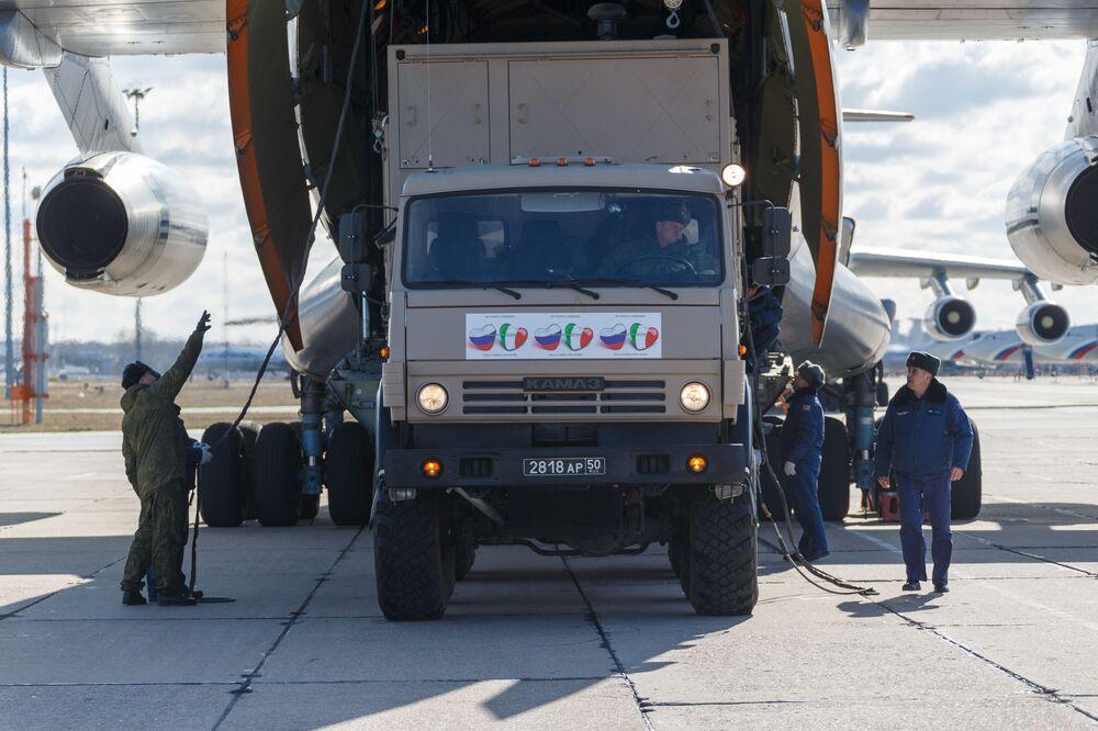 Un camion con attrezzature mediche viene caricato su un Il-76, un aereo da trasporto militare dell'Aeronautica militare russa, per essere inviato in Italia per combattere il coronavirus COVID-19