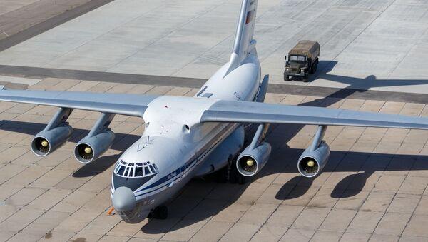 Un Il-76, un aereo da trasporto militare dell'Aeronautica militare russa, inviato in Italia per combattere il coronavirus COVID-19  - Sputnik Italia