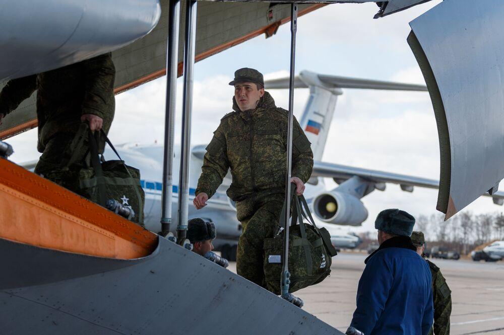 Un militare visto durante l'atterraggio di un Il-76, un aereo da trasporto militare dell'Aeronautica militare russa, inviato in Italia per combattere il coronavirus COVID-19