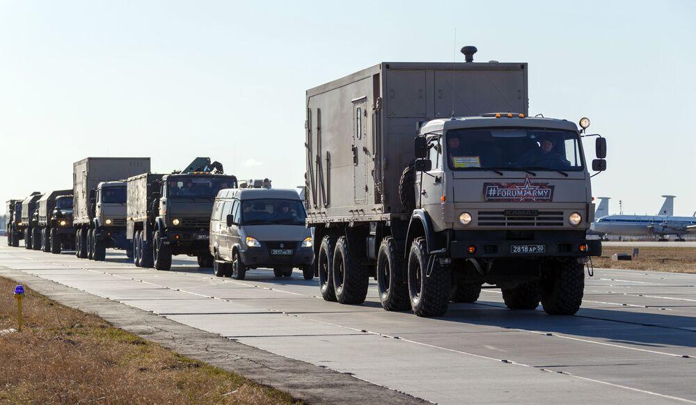 Una colonna dei camion con attrezzature mediche che devono essere inviate in Italia per combattere il coronavirus COVID-19