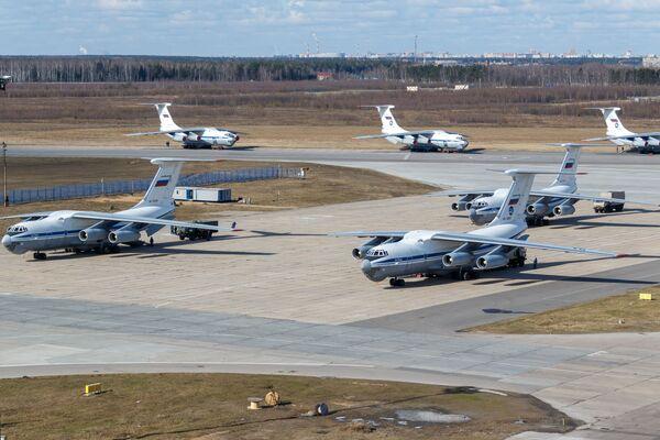 Un Il-76, un aereo da trasporto militare dell'Aeronautica militare russa con a bordo attrezzature mediche, inviato  in Italia per combattere il coronavirus COVID-19  - Sputnik Italia
