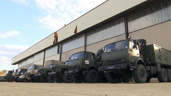 I camion con attrezzature mediche viene caricato su un Il-76, un aereo da trasporto militare dell'Aeronautica militare russa, per essere inviato in Italia per combattere il coronavirus COVID-19 - Sputnik Italia