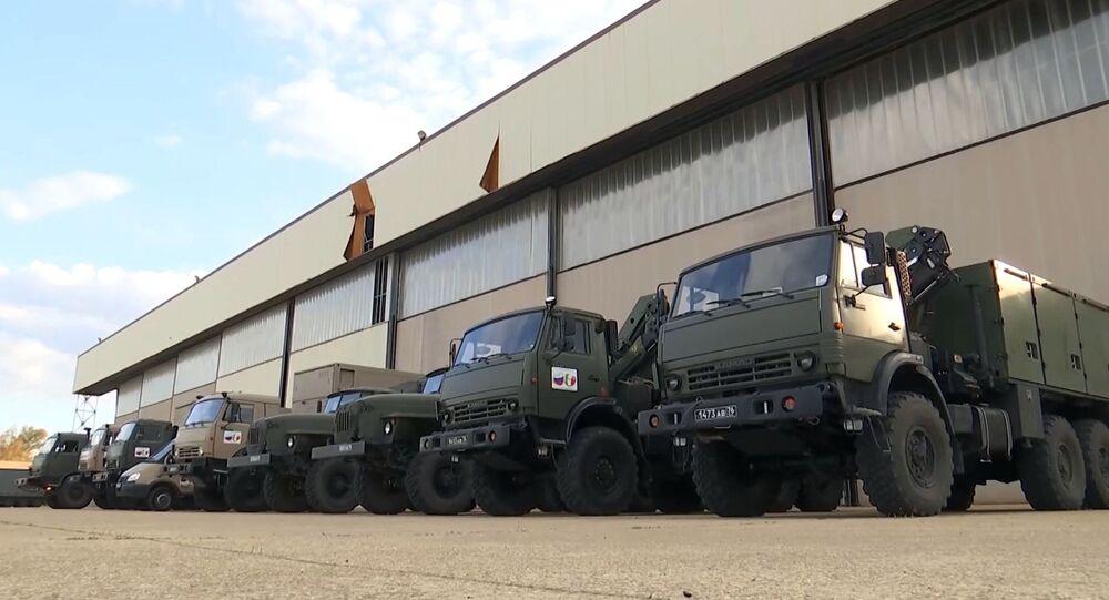 I camion con attrezzature mediche viene caricato su un Il-76, un aereo da trasporto militare dell'Aeronautica militare russa, per essere inviato in Italia per combattere il coronavirus COVID-19