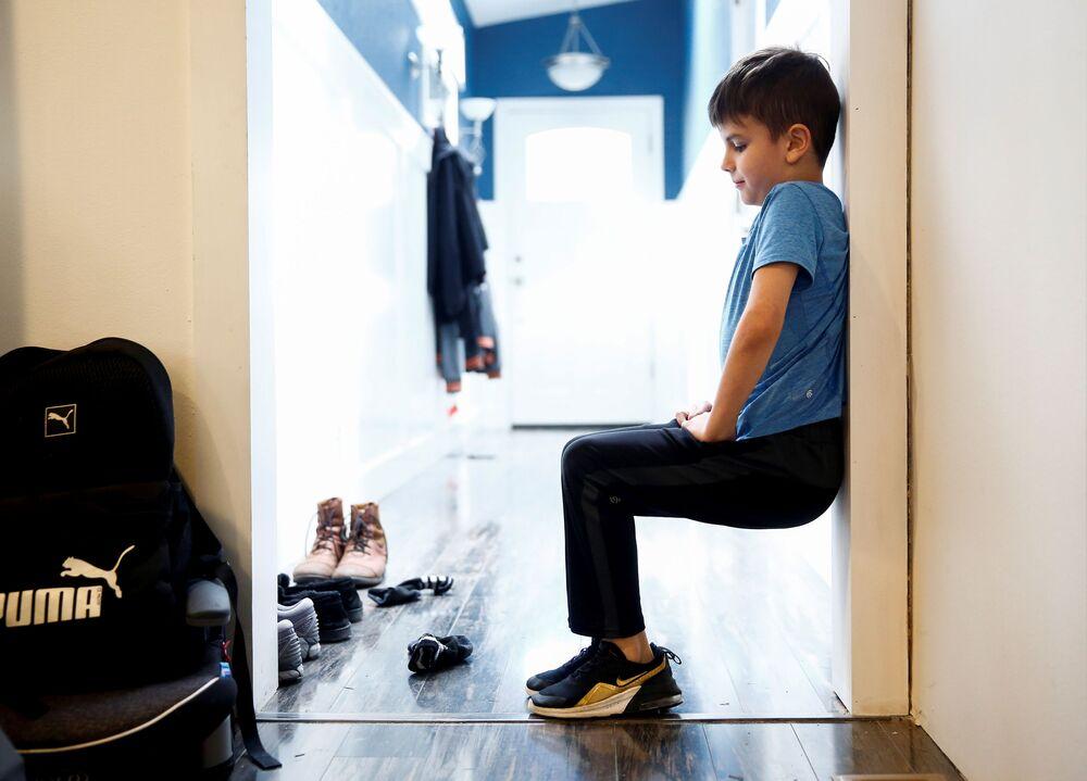 Un bambino di 9 anni studia da casa in USA