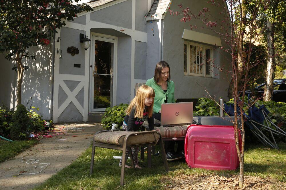 Una mamma lavora da casa mentre sua figlia studia, USA