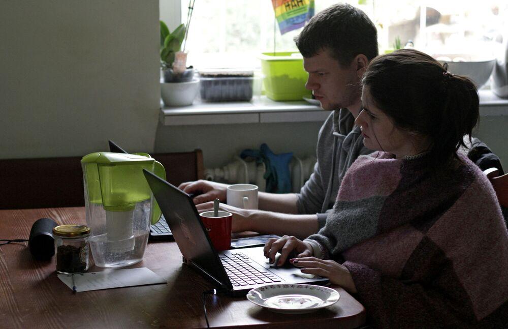 Una giovane coppia lavora da casa in Polonia