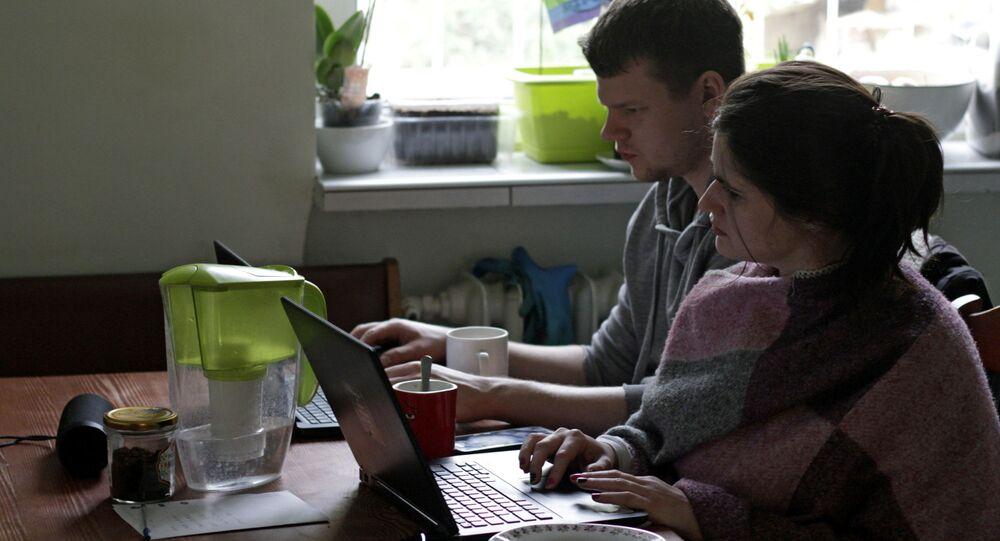 Una giovane coppia lavorano da casa in Polonia