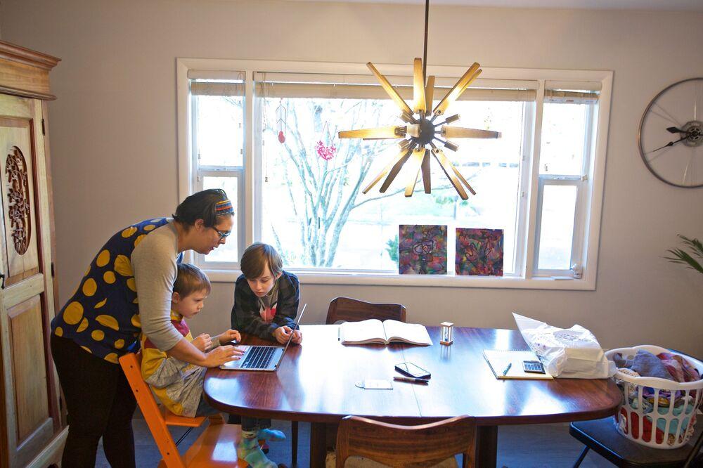 Olivia Bucks aiuta suo figlio ad assistere alla lezione online di prima elementare, USA