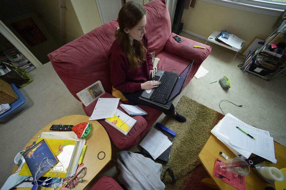 La 16enne Kirsten Martin studia da casa per la diffusione dell'infezione di coronavirus