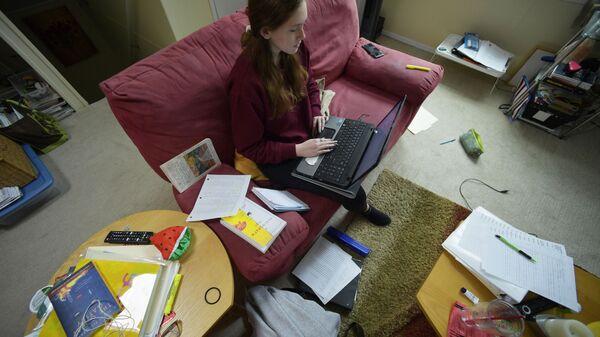 La 16enne Kirsten Martin studia da casa per la diffusione dell'infezione di coronavirus - Sputnik Italia