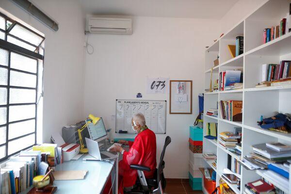 Ademar Kyotoshi Sato, un monaco buddista in mascherina lavora da casa al tempio Shin Budista Terra Pura de Brasilia per la diffusione dell'infezione di coronavirus in Brasile. - Sputnik Italia