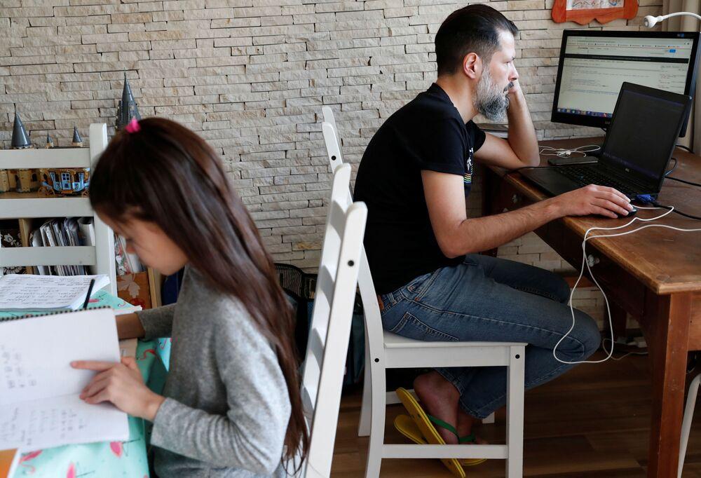 Csaba Posta, specialista IT che lavora da casa, studia con sua figlia Vilma durante la quarantena per l'epidemia del coronavirus a Budapest, Ungheria, il 19 marzo 2020