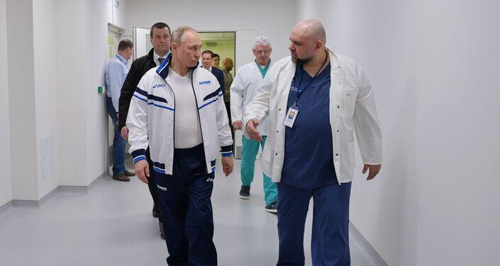 Putin in visita all'ospedale di Mosca con i malati di Covid-19
