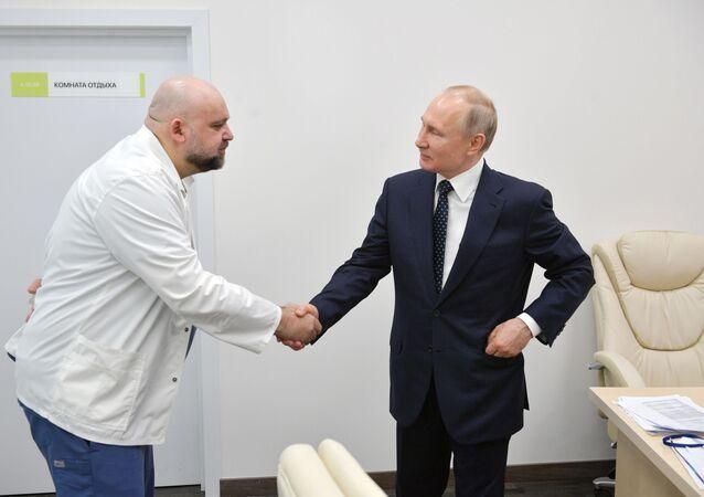 Putin in visita all'ospedale di Mosca incontra il primario Denis Protsenko