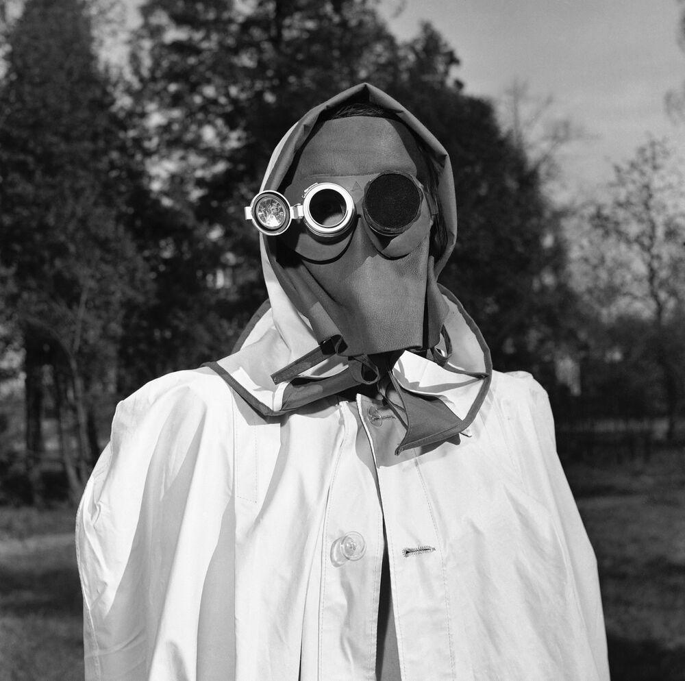 La maschera facciale, raccomandata dalla protezione civile della Germania occidentale come protezione contro le ricadute radioattive ad Amburgo, Germania, il 24 aprile 1957. Il vetro scuro a destra protegge l'occhio da una luce intensa mentre lo specchio a sinistra consente a chi lo indossa di leggere le indicazioni dell'intensità della radioattività