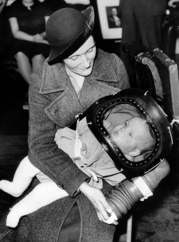Una maschera antigas per i bambini di età inferiore a due anni, nota come elmetto per bambini, fu dimostrata per la prima volta il 13 marzo 1939 al Municipio di Holborn a Londra