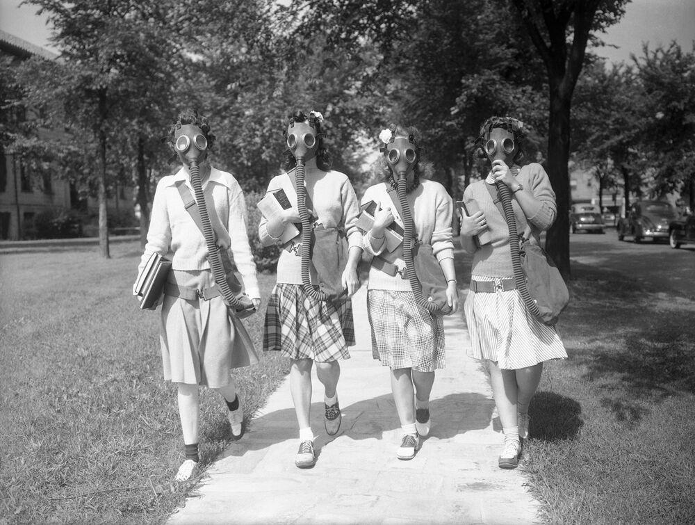 Le studentesse dell'Università di Detroit negli Stati Uniti testano le maschere antigas, 1942