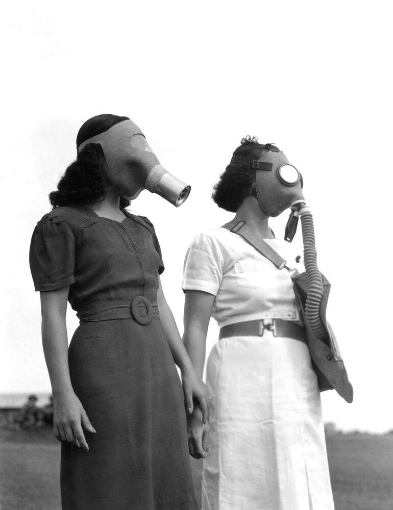 Le donne in maschere antigas si dirigono verso il rifugio antiaereo a Manila, 1941