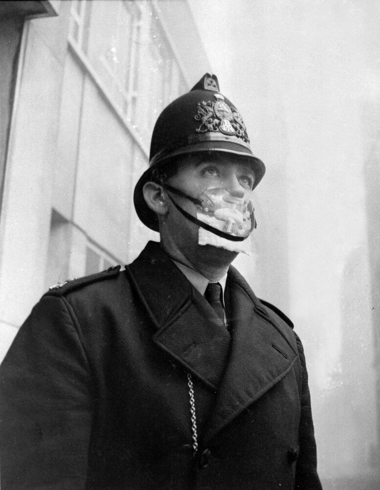 Un poliziotto britannico si copre la bocca e il naso con una maschera per proteggersi dallo smog sulfureo, il 5 dicembre 1962