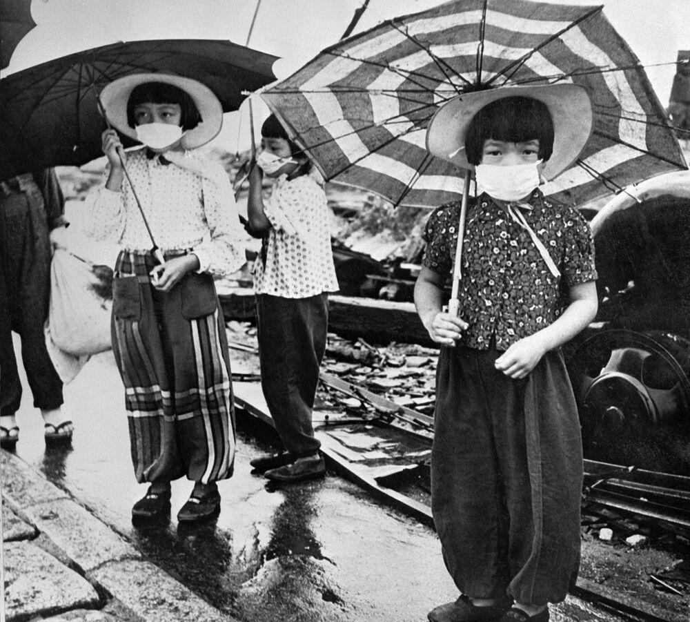 I bambini mascherati per proteggersi dalla radiazione dopo il bombardamento di Hiroshima, Giappone, 1948