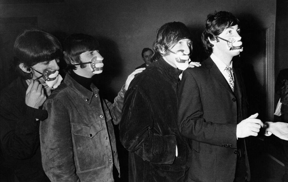 I Beatles in maschere protettive contro lo smog tossico, Manchester, 1965