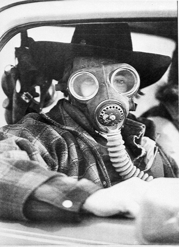 Un uomo con una maschera antigas nella città di Mississauga, dove fu evacuato un treno distrutto con le sostanze chimiche e circa 220mila residenti, Canada, 1979