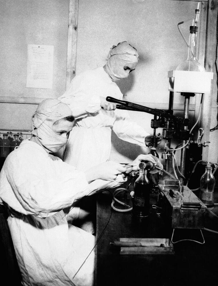 Le infermiere con le maschere protettive in un ospedale inglese, 1943