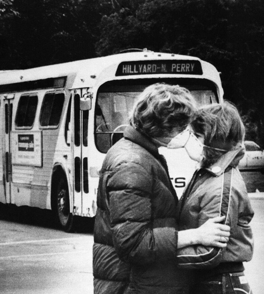 Una coppia giovane con le maschere protettive dopo l'eruzione del monte St.Helens negli Stati Uniti, 1980