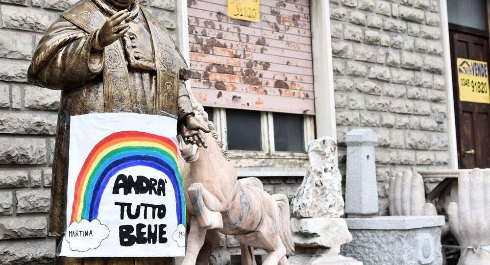 Statua di Papa Giovanni XXIII con cartello Andrà tutto bene