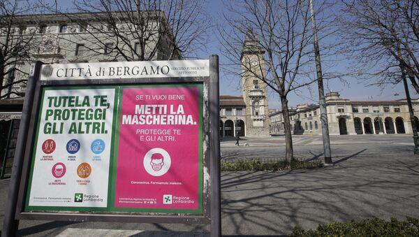 Призывающие носить защитные маски плакаты на улице города Бергамо, Италия - Sputnik Italia