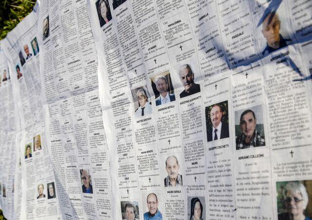 Necrologi con le vittime di Covid in Lombardia (foto d'archivio)
