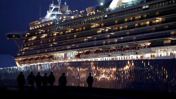 Workers walk past the coronavirus-hit cruise ship Diamond Princess as they leave the Yokohama Port, south of Tokyo, Japan February 21, 2020 - Sputnik Italia