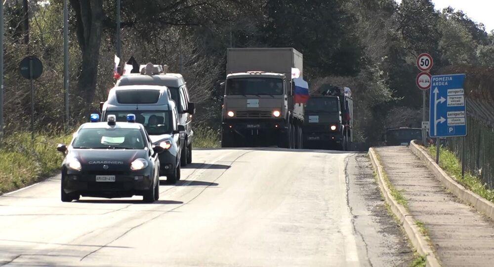 Il convoglio di attrezzature speciali con specialisti militari del ministero della Difesa russo in marcia dalla base Pratica del Mare verso Bergamo