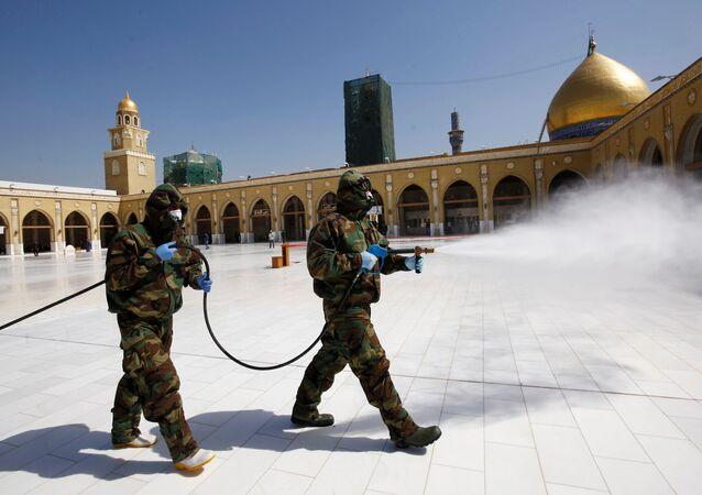 Operazioni di disinfezione in moschea irachena (foto d'archivio)