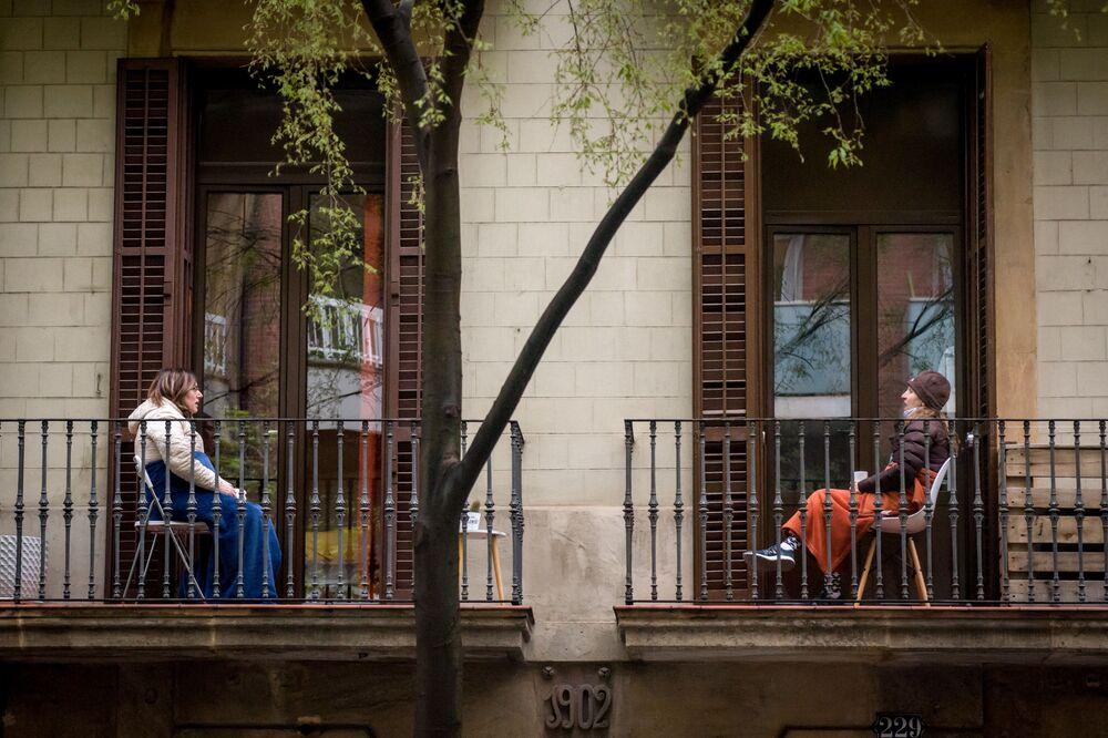 Le donne si parlano dal balcone a Barcellona, Spagna.