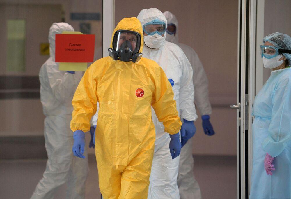 Il presidente russo Vladimir Putin tuta protettiva visita l'ospedale per i malati di coronavirus a Mosca.