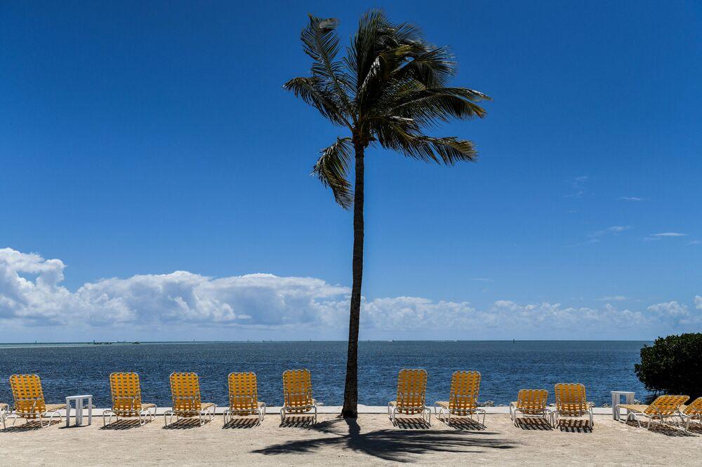 Lettini vuoti alla stazione balneare Florida Keys chiusa per visitatori durante per l'emergenza coronavirus.