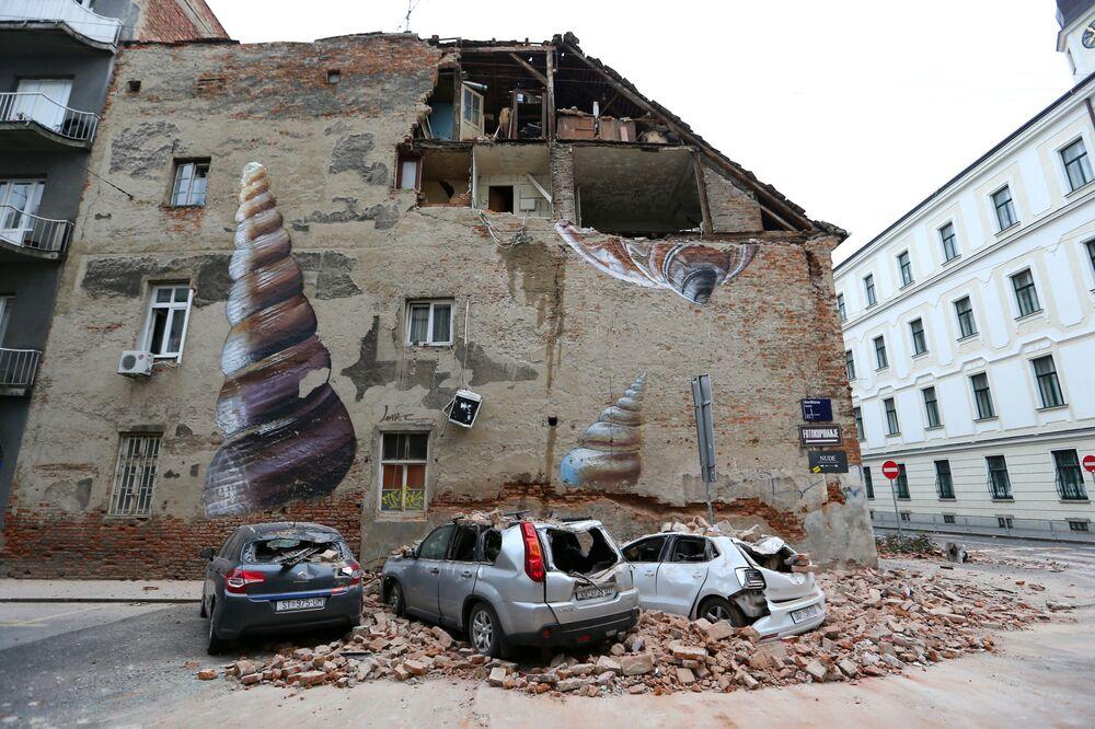 Automobili distrutte dopo il terremoto a Zagabria, Croazia.