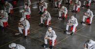 I dipendenti allo stabilimento Dongfeng Honda durante la pausa pranzo a Wuhan, Cina.