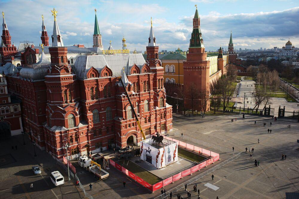 Il nuovo monumento al maresciallo sovietico della Seconda Guerra Mondiale Georgy Zhukov sulla piazza Rossa a Mosca.
