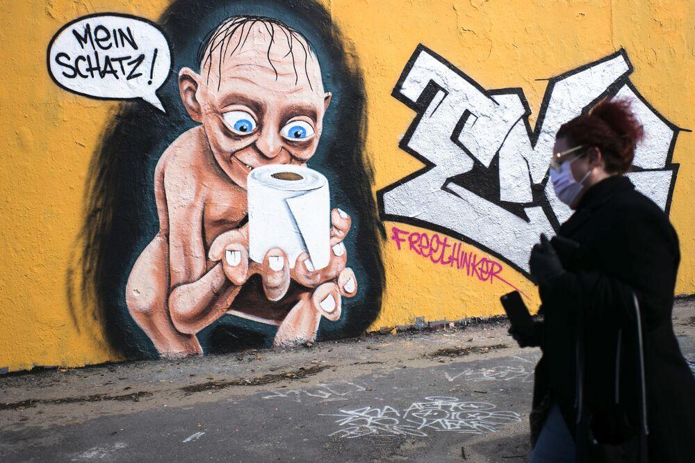Un murales con il personaggio Gollum del film Il Signore degli Anelli con la carta igienica e la scritta Il mio tesoro a Berlino, Germania.