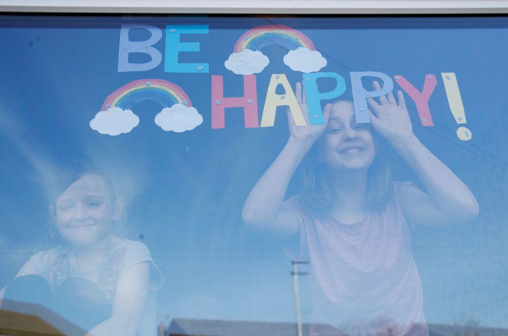 Bambini in finestra in un ospedale a St Helens, Regno Unito.
