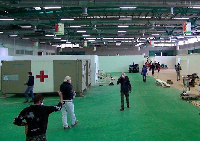 I lavori di costruzione dell'ospedale per i malati COVID-19 dove lavoreranno i medici russi