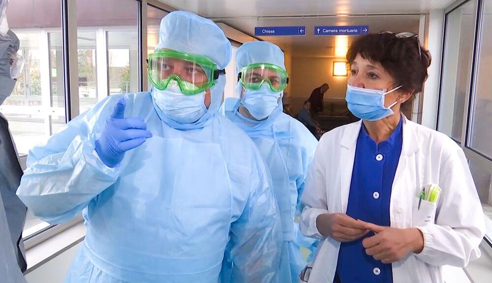 I medici militari russi visitano l'ospedale a Bergamo
