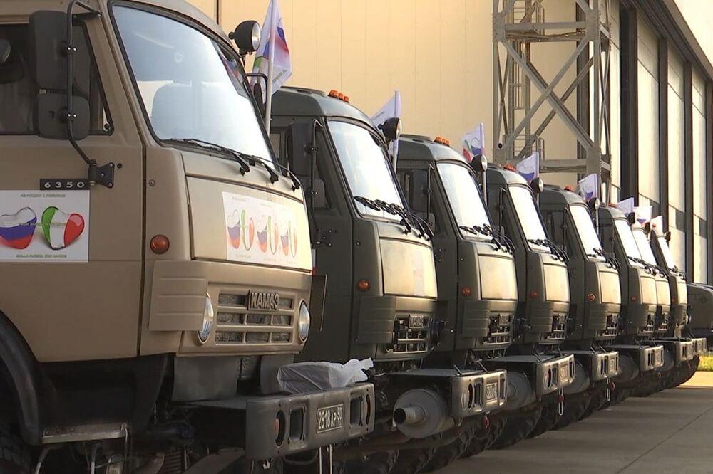 Il convoglio di attrezzature speciali con specialisti militari del ministero della Difesa russo alla base italiana Pratica di Mare