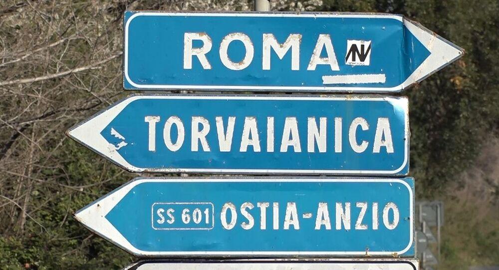 Indicazioni stradali per la strada del convoglio di attrezzature speciali con specialisti militari del ministero della Difesa russo alla base italiana Pratica di Mare