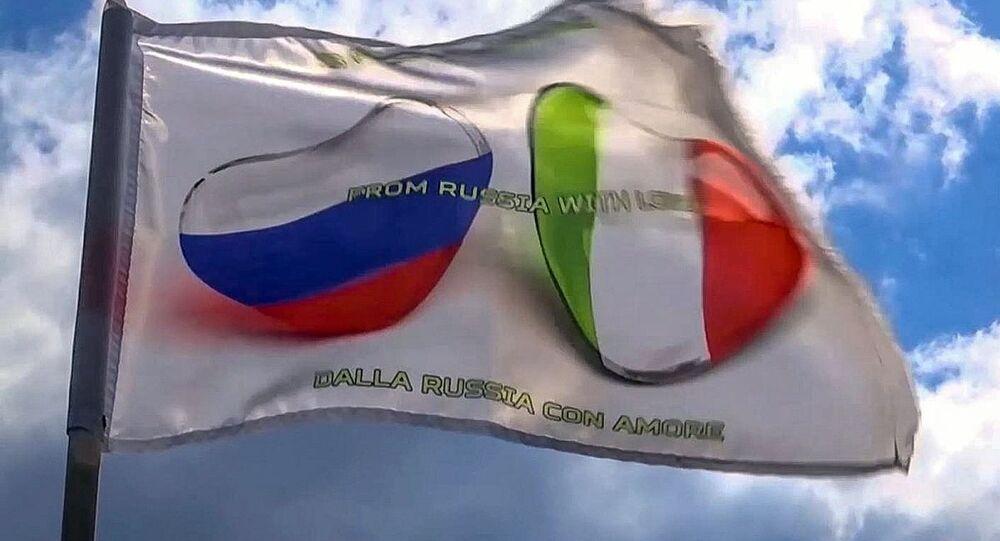 Le bandiere italiana e russa su un camion della colonna dei mezzi speciali del ministero della Difesa russo prima della marcia dalla base aerea italiana Pratica di Mare